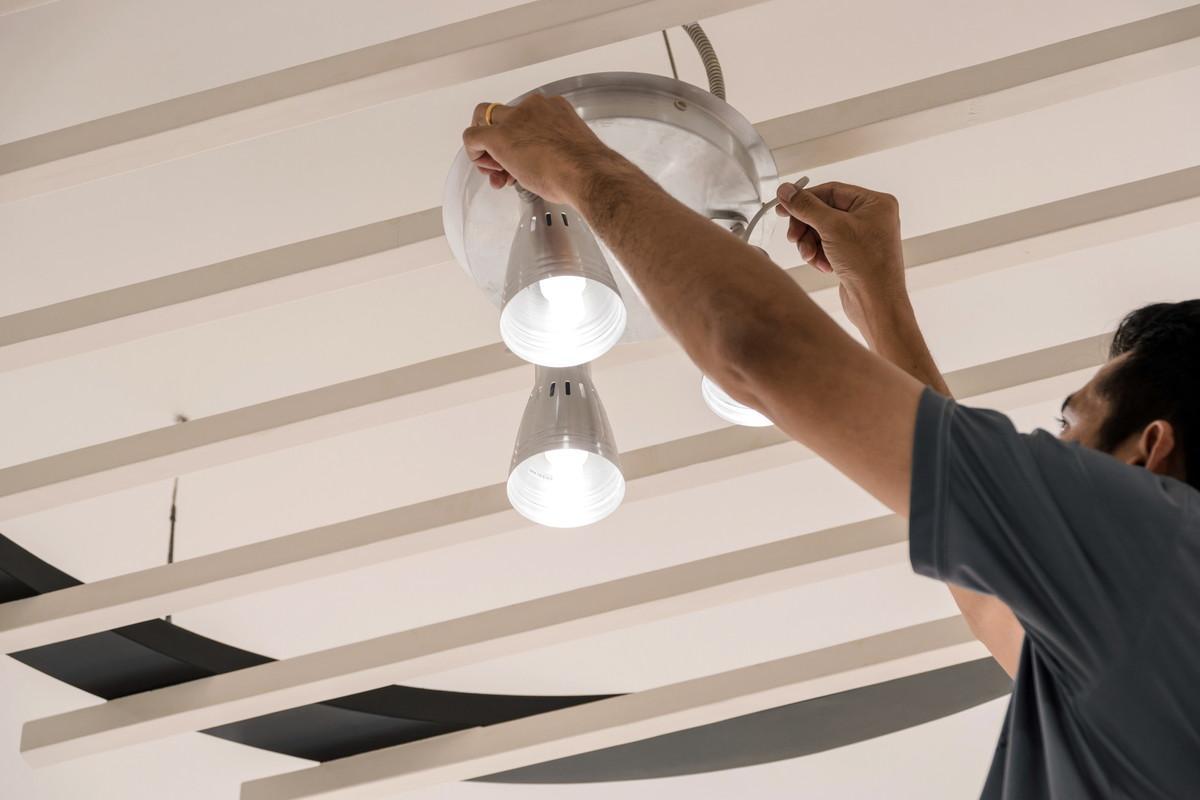 LED照明をつけるイメージ